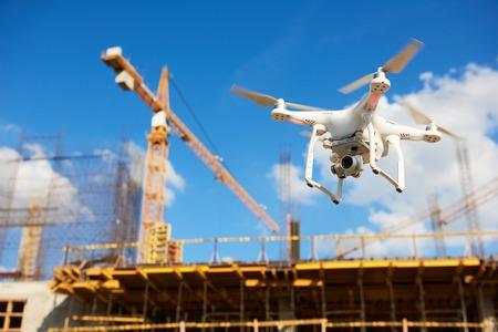 Drone unosi się nad placem budowy. nadzór wideo lub inspekcja przemysłowa Zdjęcie Seryjne
