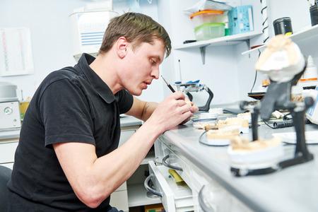 tandprothese werknemer Stockfoto