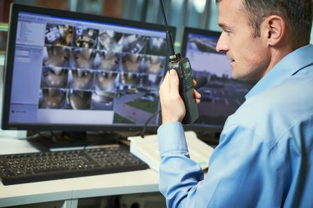 Beveiligingswerker met radio's. Videobewakingssysteem.