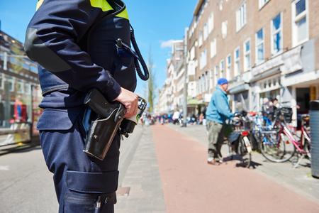 都市の安全性。通りで警官 写真素材