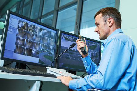 Beveiligingsmedewerker tijdens monitoring. Videobewakingssysteem.