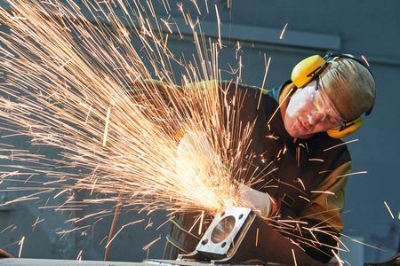 研削盤と火花溶接シーム ワーカー
