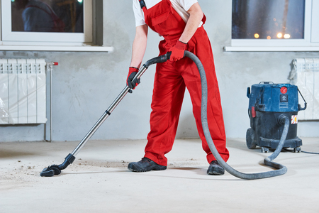 limpieza de la construcción del servicio . la eliminación de polvo con aspiradora Foto de archivo