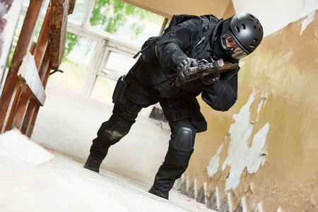 Special forces armed with assault rifle ready to attack Banque d'images