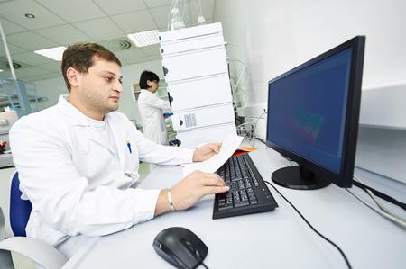 Researchers analyzing liquid chromatography data Standard-Bild