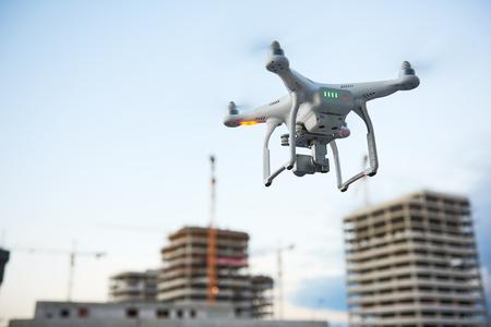 建設現場のドローン。ビデオ監視または産業検査