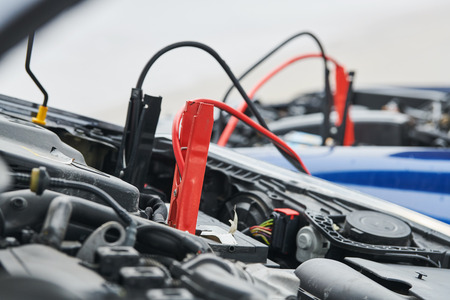 Automobile help. booster jumper cables charging automobile discharged battery Stockfoto