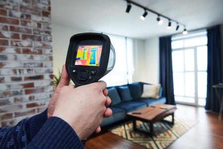 Gebäudeinspektion mit Wärmebildkamera. Temperatur prüfen