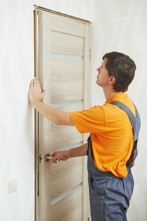 carpenter at door installation Banque d'images - 118735680