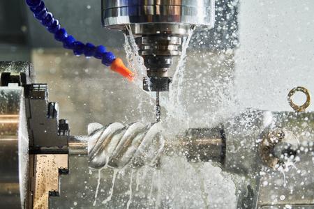 CNC freesmachine werk. Koelvloeistof en smering in de metaalbewerkingsindustrie