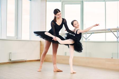 Balletttänzer trainiert kleines Ballerina-Mädchen