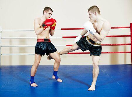muai thai fighting boxers in ring Stockfoto