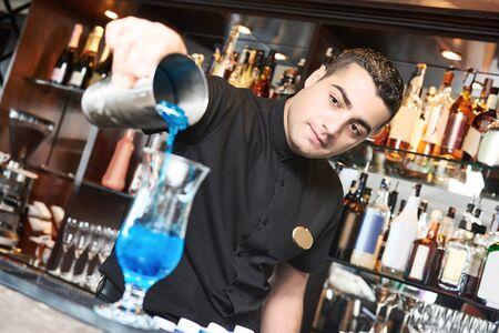 Professional bartender making cocktail in bar Stockfoto