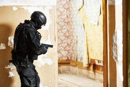 Anti-terrorist police soldier armed with pistol ready to attack Stockfoto