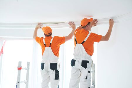 installing decorative ceiling molding. home repair and decoration Stockfoto