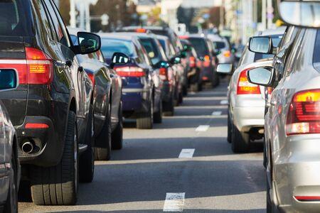 Atasco de tráfico o colapso de un automóvil en una calle de la ciudad
