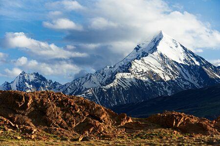 Montagnes de l'Himalaya dans la vallée du Spiti en Inde. concept de randonnée et d'alpinisme