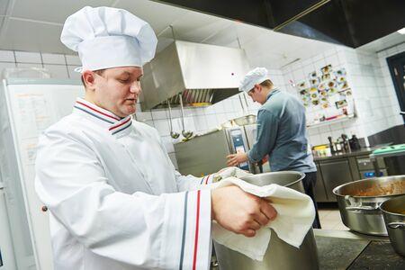 Retrato, de, un, sonriente, macho, chef, posición, en la cocina