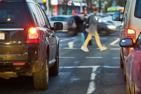 Stau oder Autokollaps mit Autoreihen in einer Stadtstraße während der Hauptverkehrszeit. Straßenzustand bei nasser Gefahr