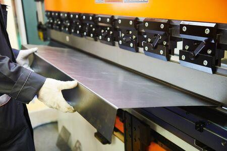 hydraulische kantpers of buigmachine voor vlakke plaat.
