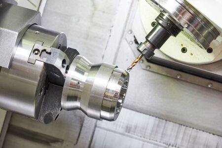 metallverarbeitende Industrie. Bohren eines Lochs auf einem modernen Bearbeitungszentrum für die Metallbearbeitung Standard-Bild