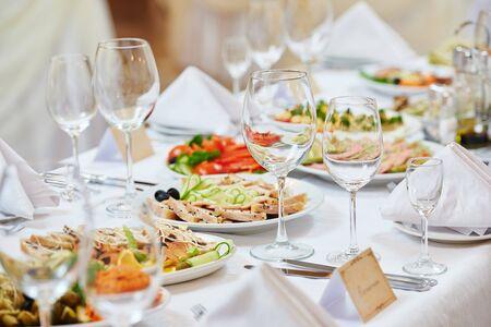 Catering-Food-Service. Tisch mit Snacks und Getränken am Food Court Tisch während der Eventparty Standard-Bild