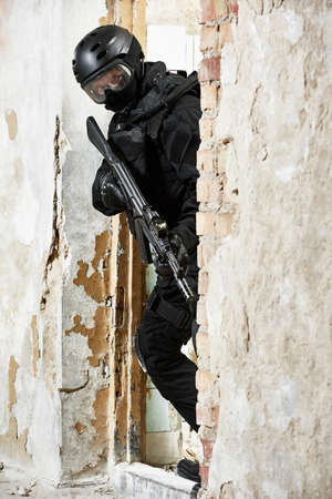 Special forces armed with assault rifle ready to attack Archivio Fotografico