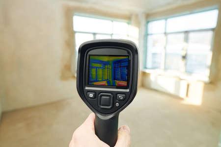 thermal imaging camera inspection of window building. check heat loss Standard-Bild
