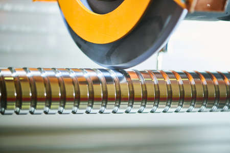 Finish grinding of a threaded shaft when ball screw actuator production Standard-Bild