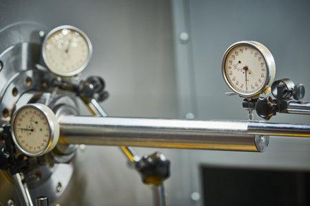 using measuring indicator head sensor for adjustment. centering and aligning of lathe machine equipment. Standard-Bild
