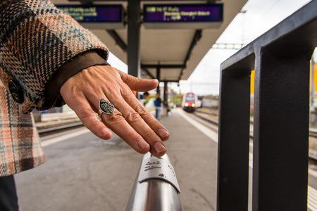 braille: la escritura Braille en la barandilla de la plataforma ayuda a la gente a navegar y para elegir el tren justo en Glattbrugg, Suiza. Foto de archivo