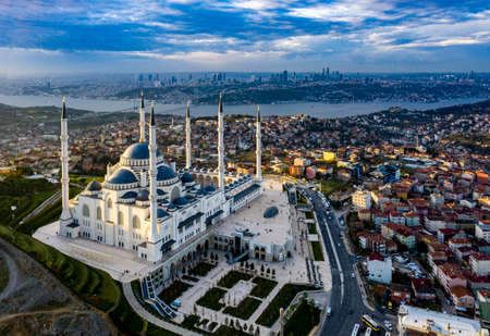 Aerial view of Istanbul and Camlica Mosque. Çamlıca is the most beautiful hill of Istanbul. the largest building in Istanbul Turkey Camlica Mosque night of this hill Çamlıca Mosque Archivio Fotografico