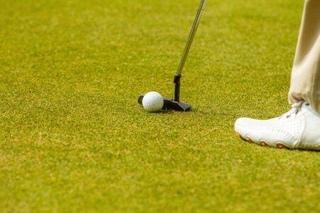 在击中期间的高尔夫比赛中的球员A