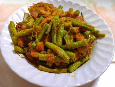 Roer Gebakken Tauge met hete en pittige curry, kaffir limoenblad en varkensvlees in witte plaat Stockfoto