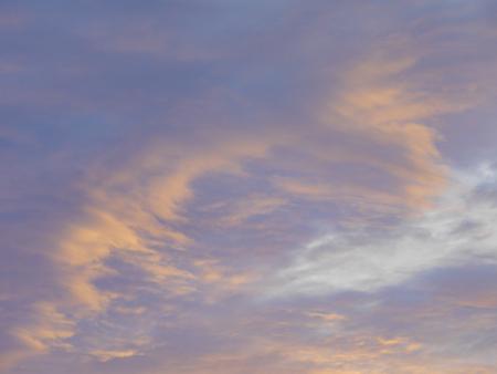 夕方に曇った夕暮れの空の背景