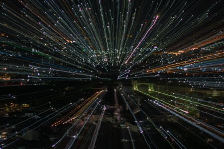 lichtlijnen met lange belichting, snelheid beweging abstracte achtergrond in de donkere nacht, explosie zoom effect, zoom burst van licht in de stad Stockfoto