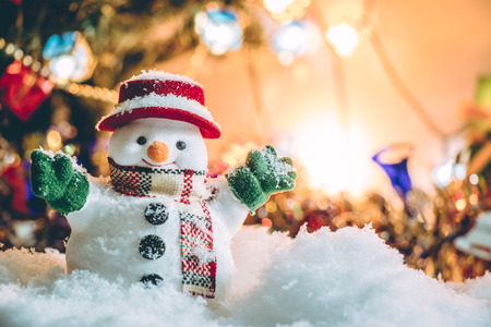 bonhomme de neige: Snowman debout parmi les tas de neige dans la nuit silencieuse avec une ampoule, allumer le espoir et le bonheur dans Joyeux No�l et nouvel an nuit. Banque d'images