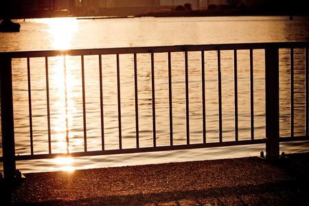 baranda para balcon: Balcón en el río, de textura de fondo.