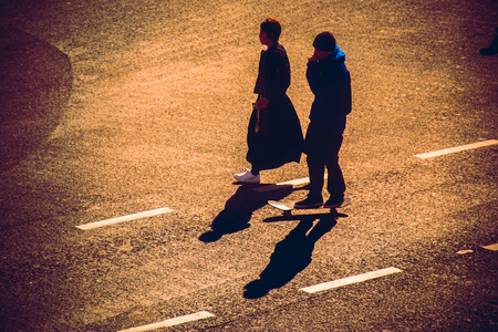 union familiar: Silhouette of a couple hold hand across Pedestrians at Shibuya Junction, Tokyo, Japan Foto de archivo
