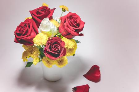Vaas met rozen boeket op witte achtergrond, set van mooie bloem Valentine concept