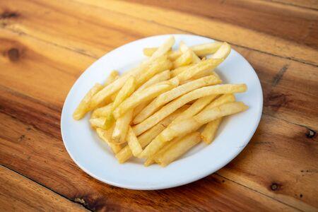 Papas fritas en platos locales sobre pisos de madera