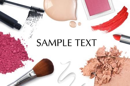 maquillage: Brosse et cosmétique sur un fond blanc