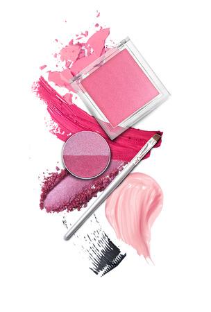 productos de belleza: Cepillo y cosméticos elementos en blanco Foto de archivo