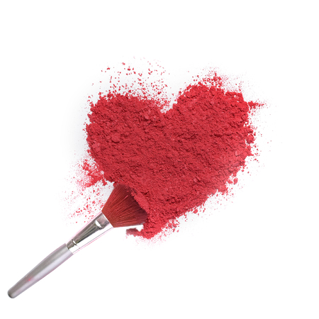 heart shaped crushed makeup color powder with brush on white background Banque d'images - 106138233