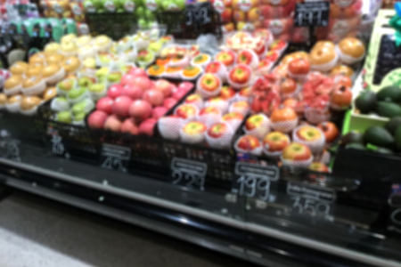 Blurred various fresh healthy fruit on shelf and colorful apple at supermarket Banque d'images - 106138262