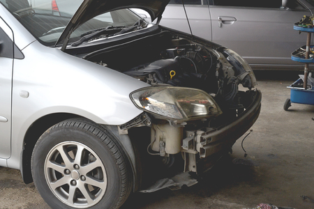Broken car damage light and bumper accident wait to repair at car care Zdjęcie Seryjne
