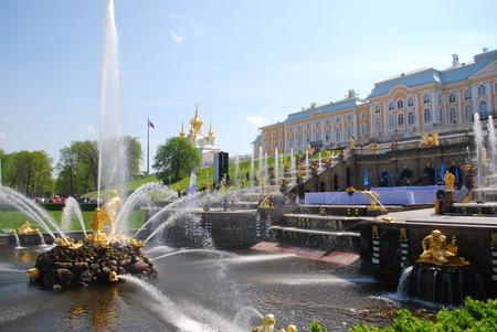 journalistic: Grand Palace e il giardino a Palazzo Peterhof Editoriali