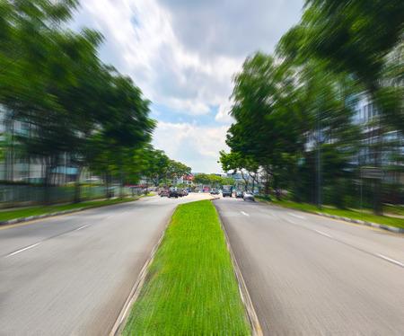Met gras begroeide wegverdeler met bewegingsonscherpte Stockfoto