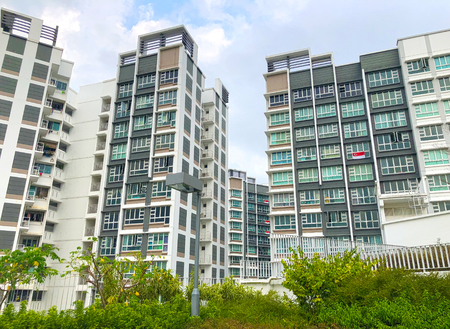 Modern Looking residential apartment (HDB) in Singapore under cloudy blue sky Banco de Imagens - 108311669