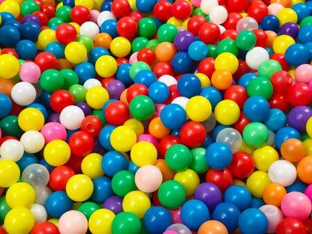 Heldere en kleurrijke abstracte achtergrond van plastic ballen Stockfoto